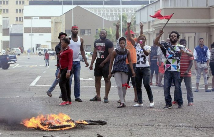 South Africa: mobs loot foreign businesses, causing chaos