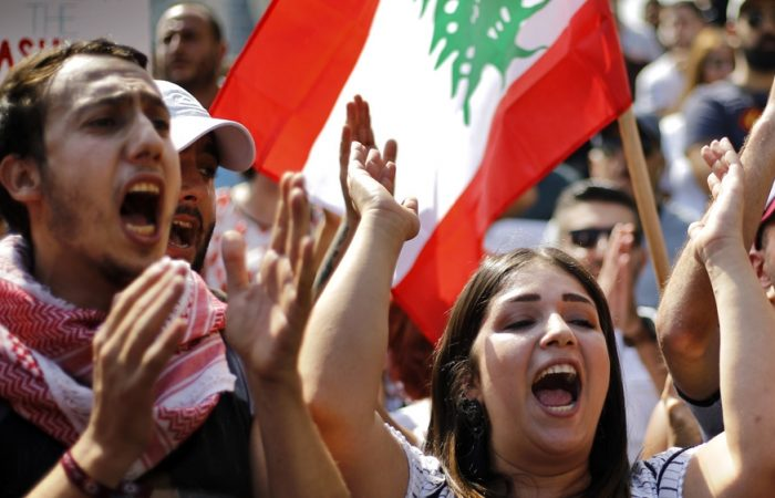 Lebanon: protesters block parliament session