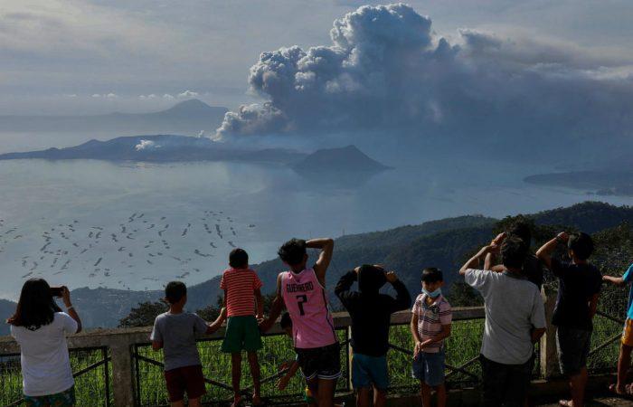 Tumbling volcano shuts down Philippine capital
