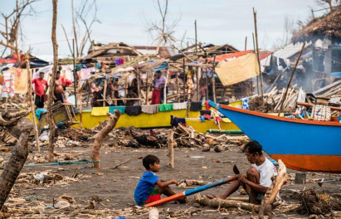 Typhoon Vamco paralyzes Philippines