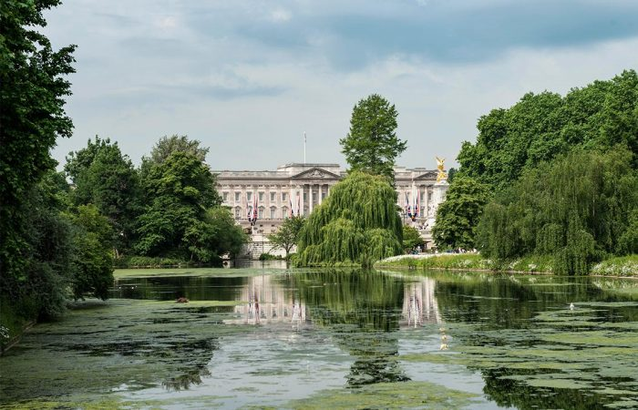 Queen Elizabeth II to allow unprecedented picnics in Buckingham Palace Gardens